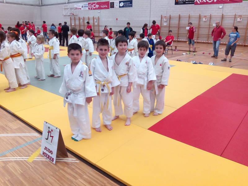 Los Benajamines del Judo Mieres en la presentacion.jpg