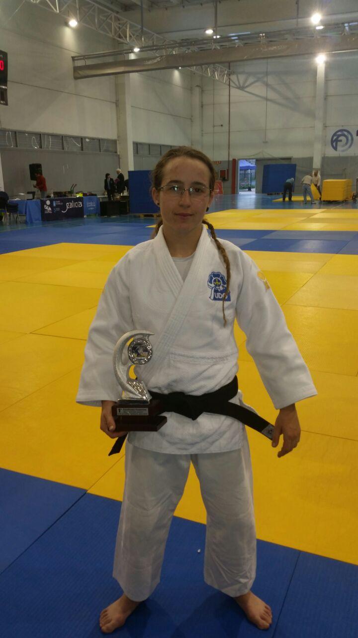 Marta Fdez con su trofeo logrado en Lugo